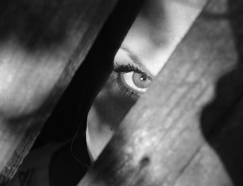 Kvinnorna göms undan för männens frihet